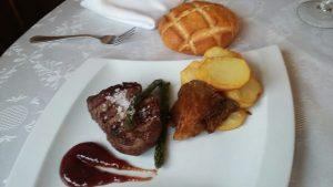 Solomillo de ternera acompañado de patatas chulas, Restaurante La Cantina de J. Mingo